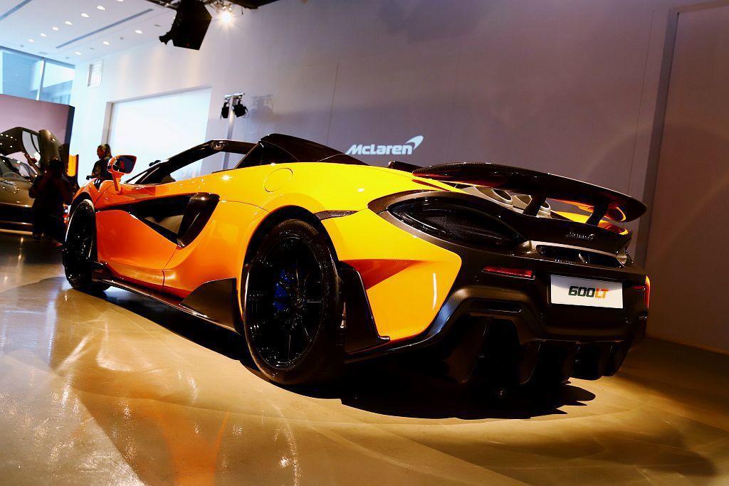 延續McLaren Longtail精神,車頭加長的前分流器、增加下壓力的直立導...