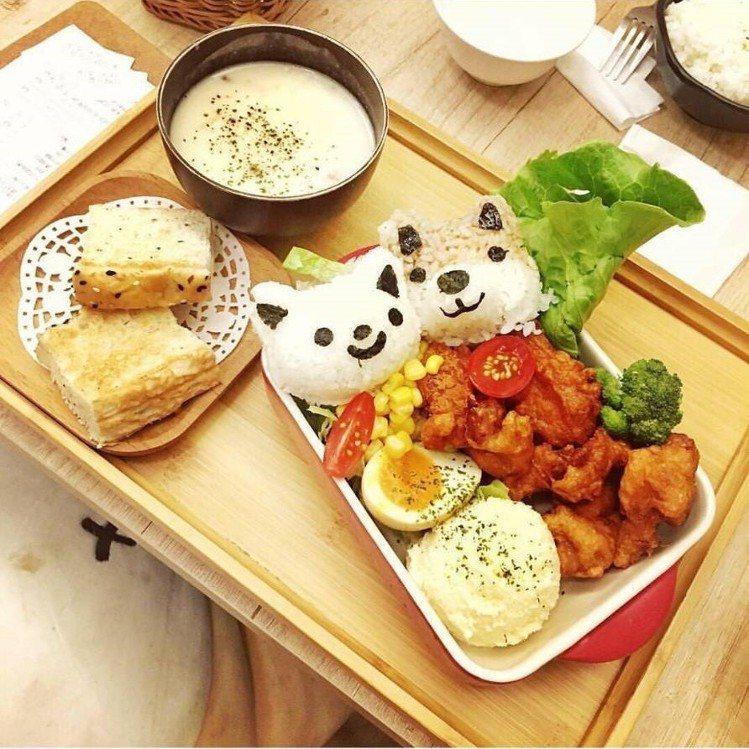 限量的「柴犬炸雞飯糰定食」相機食先。IG@polly_hsu_提供