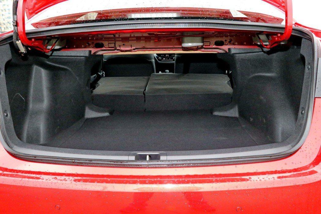 後車廂擁有優異空間表現,後座椅背也可透過前傾增加空間。 記者陳威任/攝影