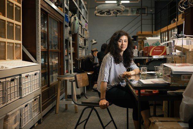為了保存公公創業的記憶,來自台中的設計師徐景亭在三重展開黑色聚落計劃,串聯近百家...