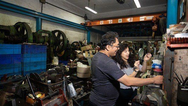到鄰近的工廠「串門子」,和老闆聊一下午的天,自己也學著操作設備,是徐景亭工作忙碌...