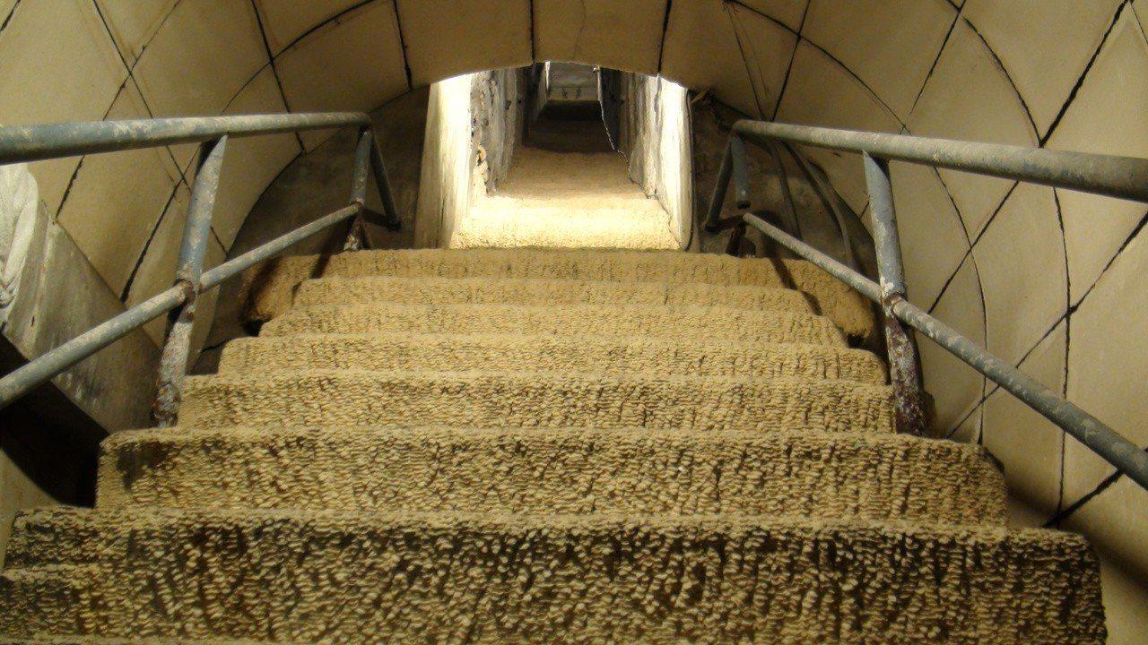 高雄市2日開啟的軍事遺址「鼓山洞」,通往壽山出口的樓梯久未使用,已鍾乳石化。記者...