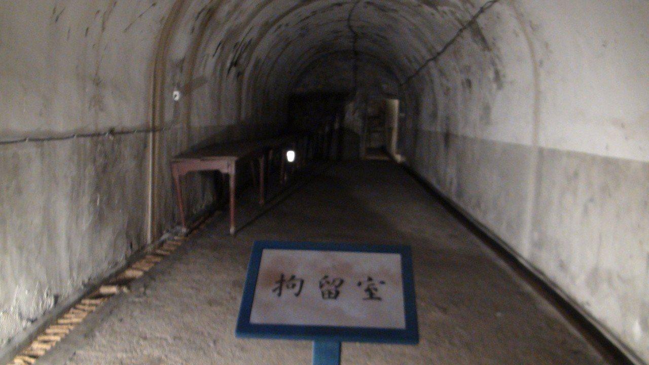 高雄市2日開啟的軍事遺址「鼓山洞」,裡面有拘留室。記者楊濡嘉/攝影