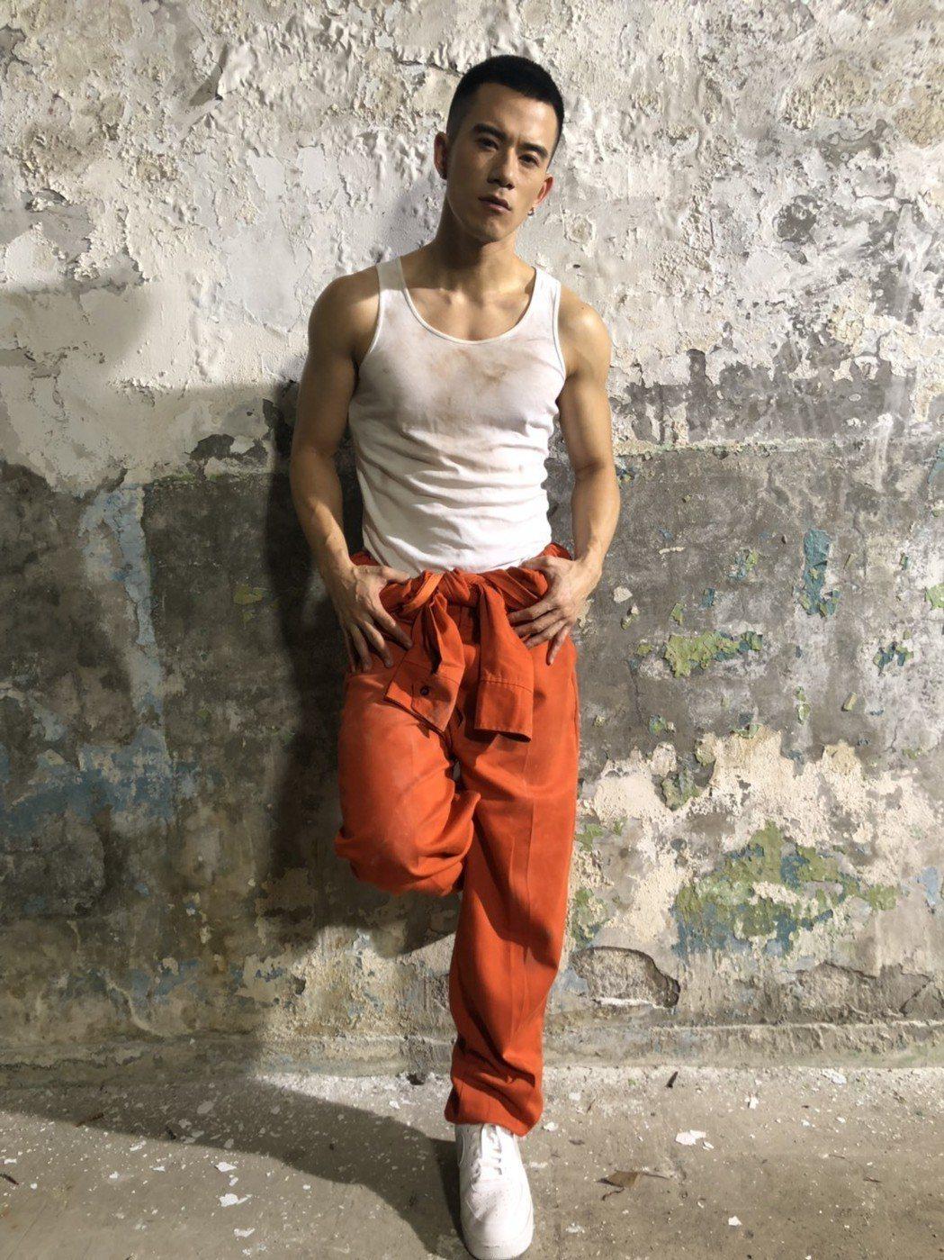 JR紀言愷日前重新拍攝「樂獄」MV。圖/天晴提供