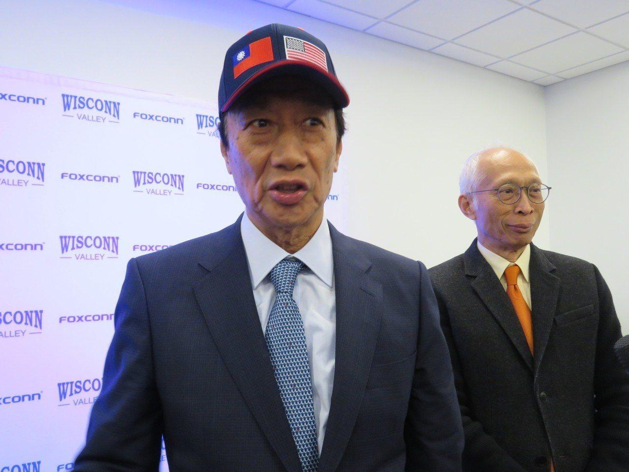 鴻海董事長郭台銘(左)2日在美國威州受訪。記者張加/攝影