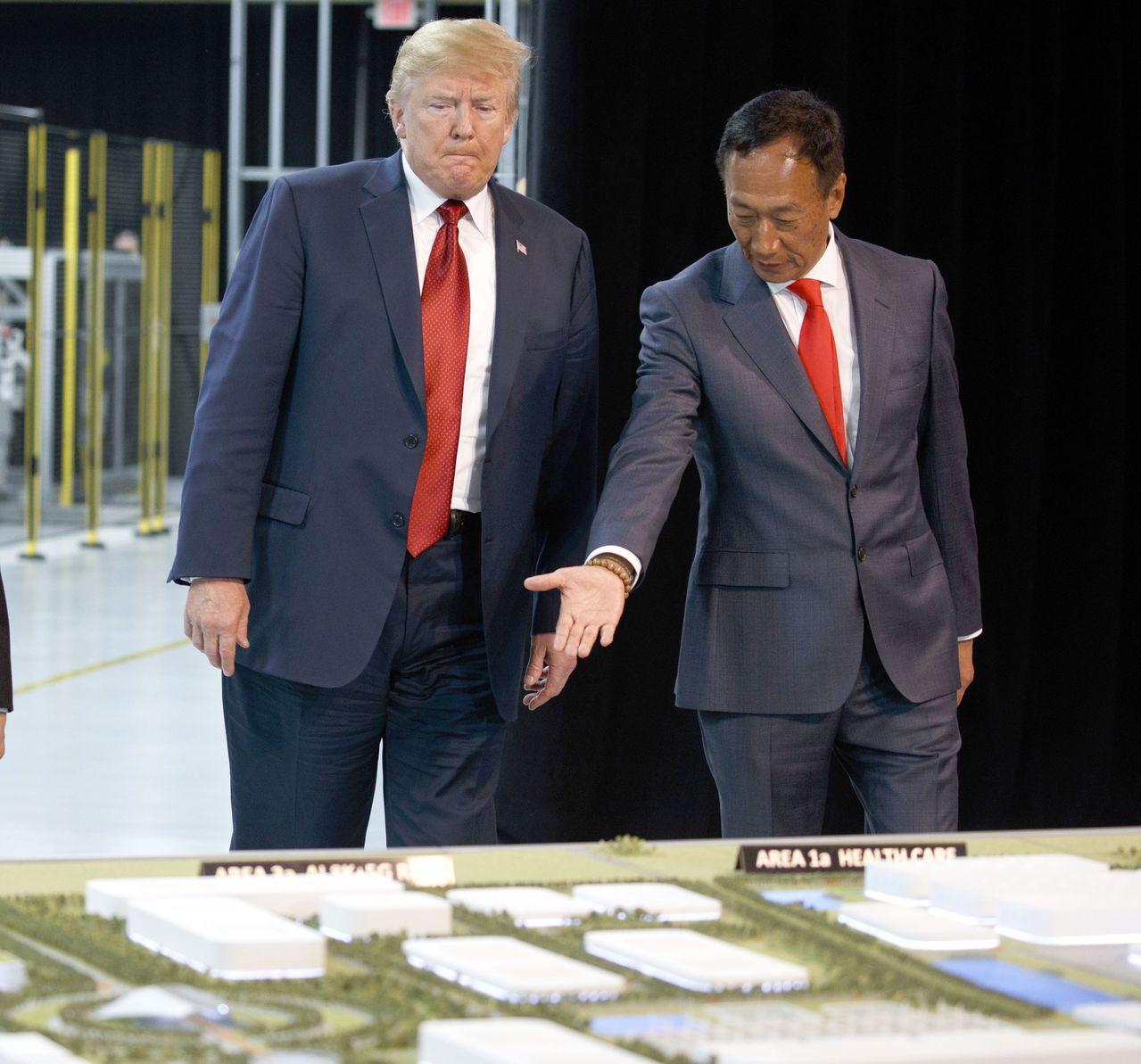 白宮表示,郭台銘(右)將宣布在威斯康辛州更多投資。圖為川普去年在威斯康辛州視察鴻...