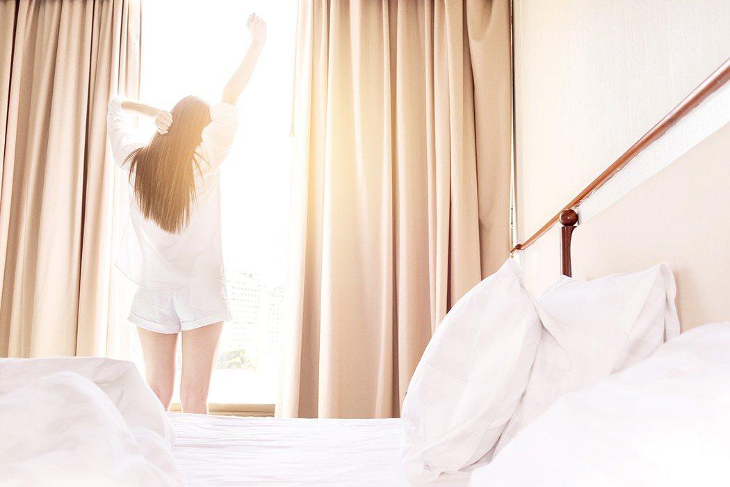 選枕頭最重要的是高度適合,從側面觀察,當試躺者的耳朵與肩膀必須呈現一直線圖。/i...