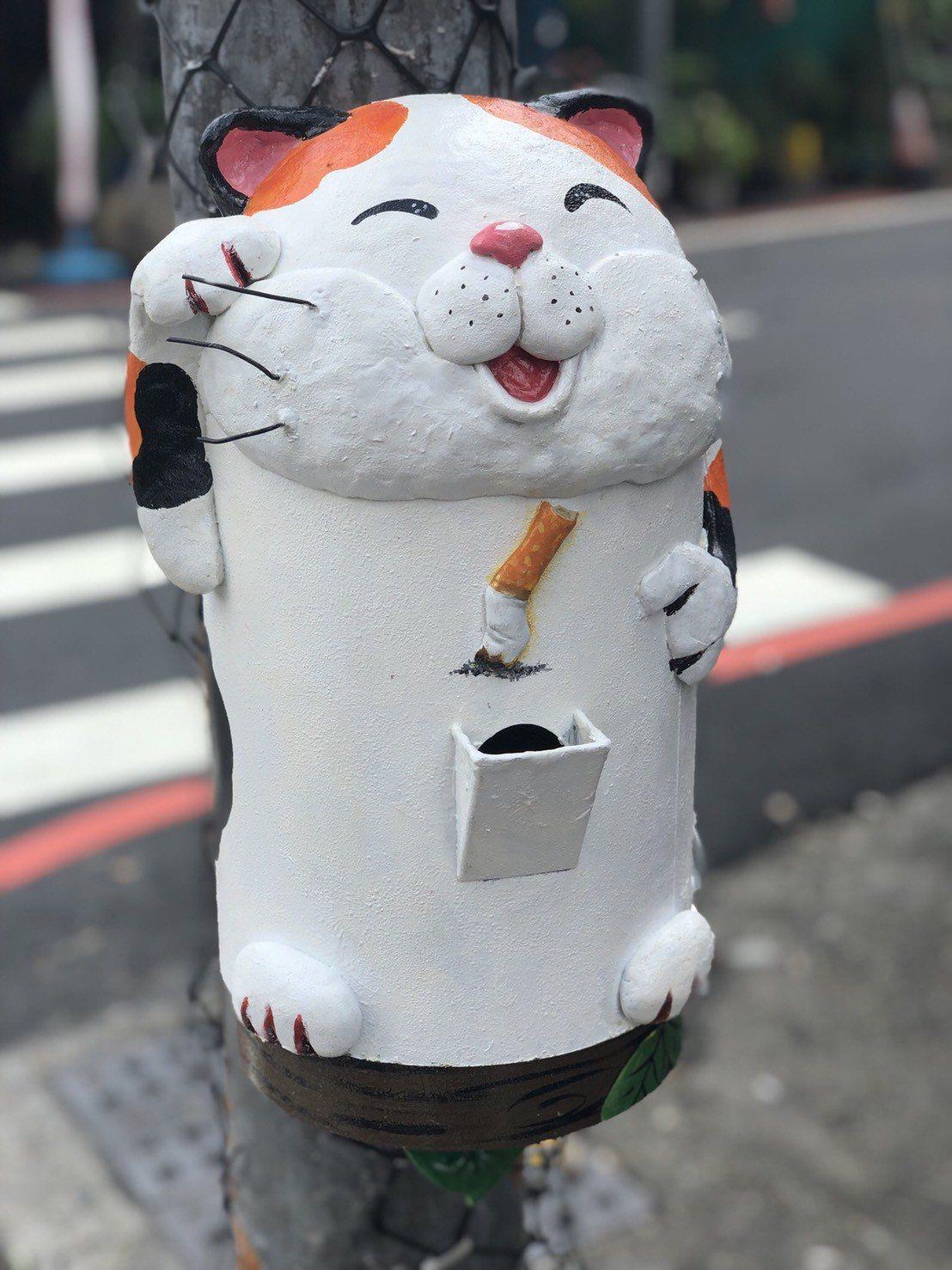 為了鼓勵民眾勿亂丟菸蒂,彰化市公所清潔隊在街頭設計可愛動物造型的菸投器,受到好評...