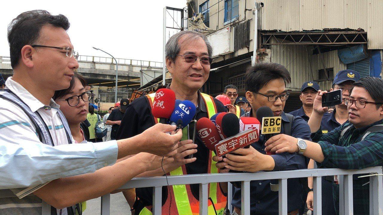 民眾對補償及法律程序仍有疑慮, 鐵道局中部工程處副處長李懷谷當場宣布今天拆除行程...