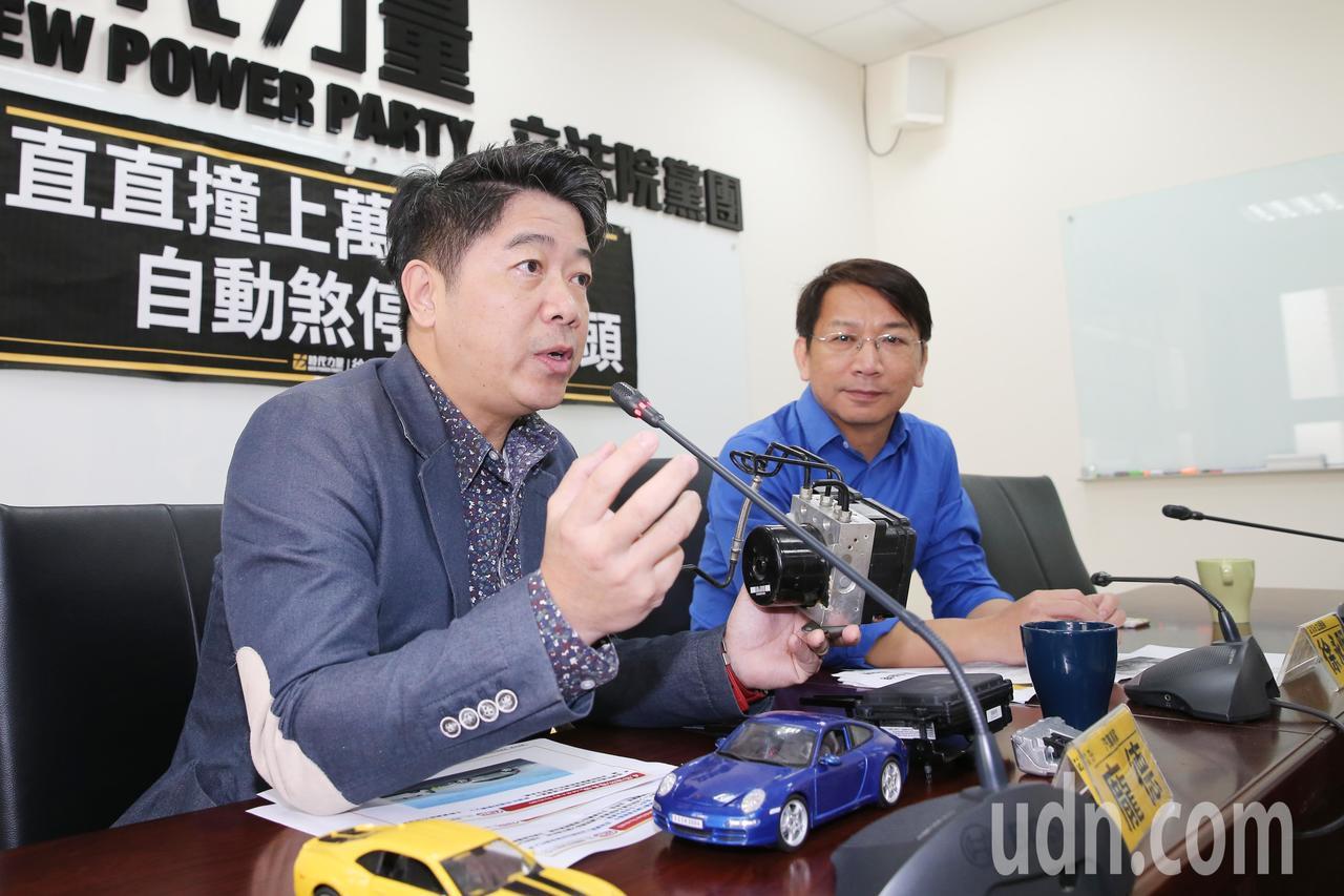 立委徐永明(右)上午舉辦記者會,針對自動緊急煞車系統(AEB)裝設議題提出看法,...