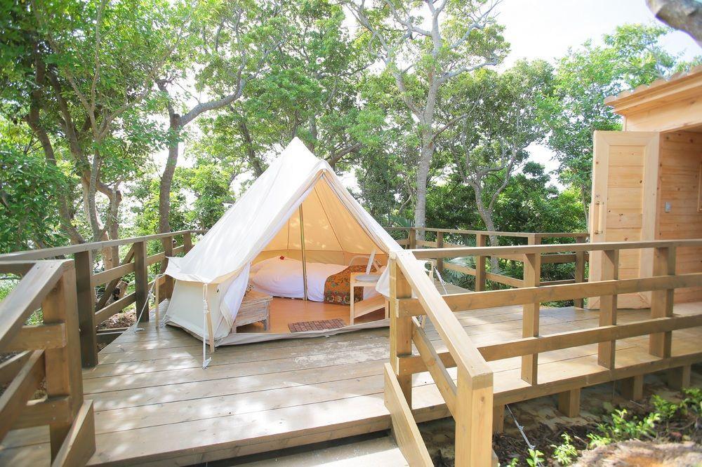 日本名護的波上之森自然度假村豪華露營酒店,靠近海灘,走出露台花園美景就盡收眼簾。...