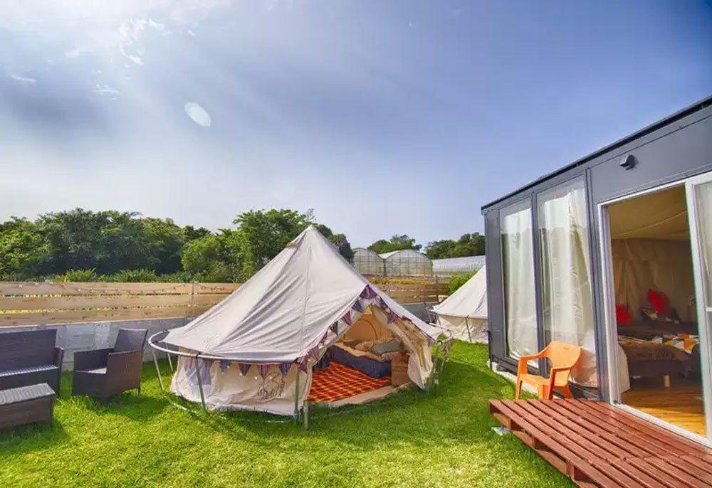 日本今歸仁的赫施奧托半豪華露營酒店,每一間活動房屋外都設有露營帳篷,讓旅人親近大...