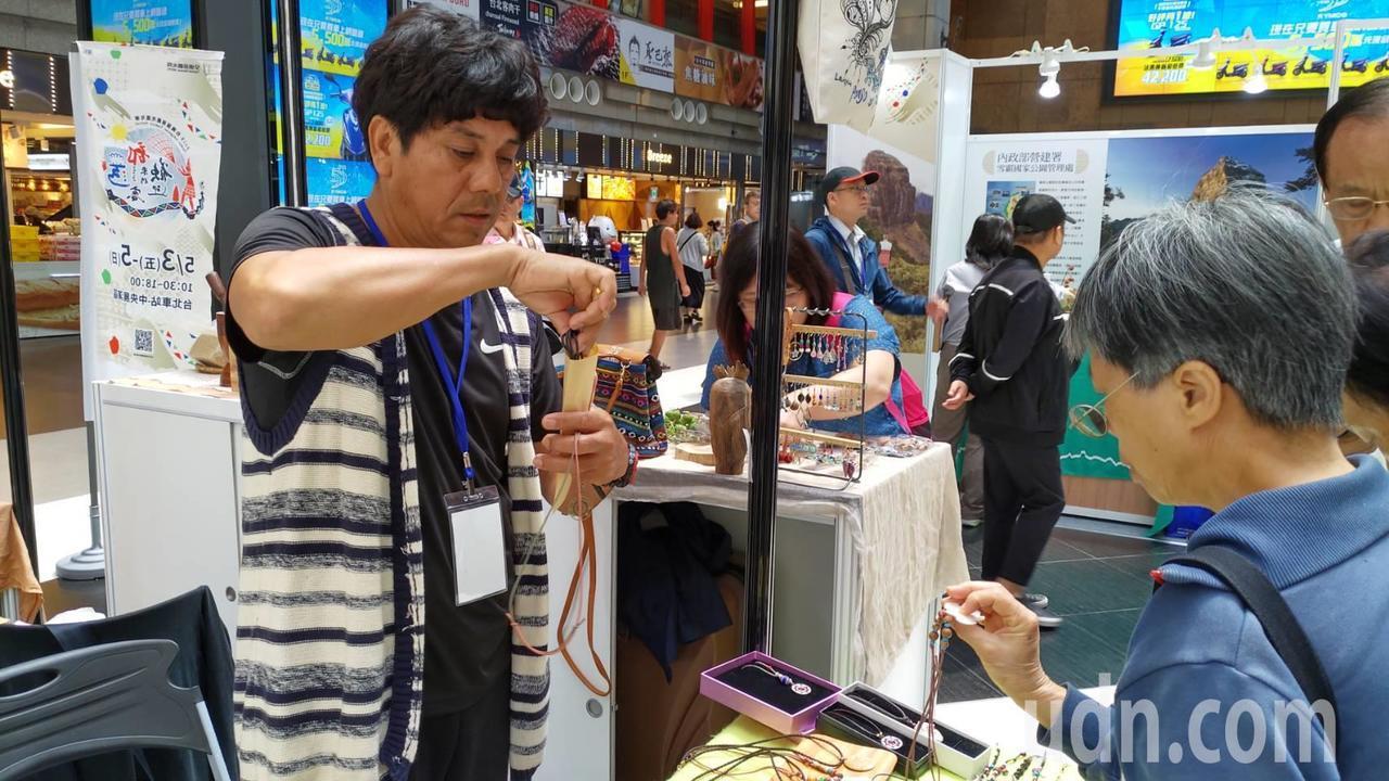 「2019台灣部落觀光嘉年華」的原民手工藝品深受喜愛。記者董俞佳/攝影