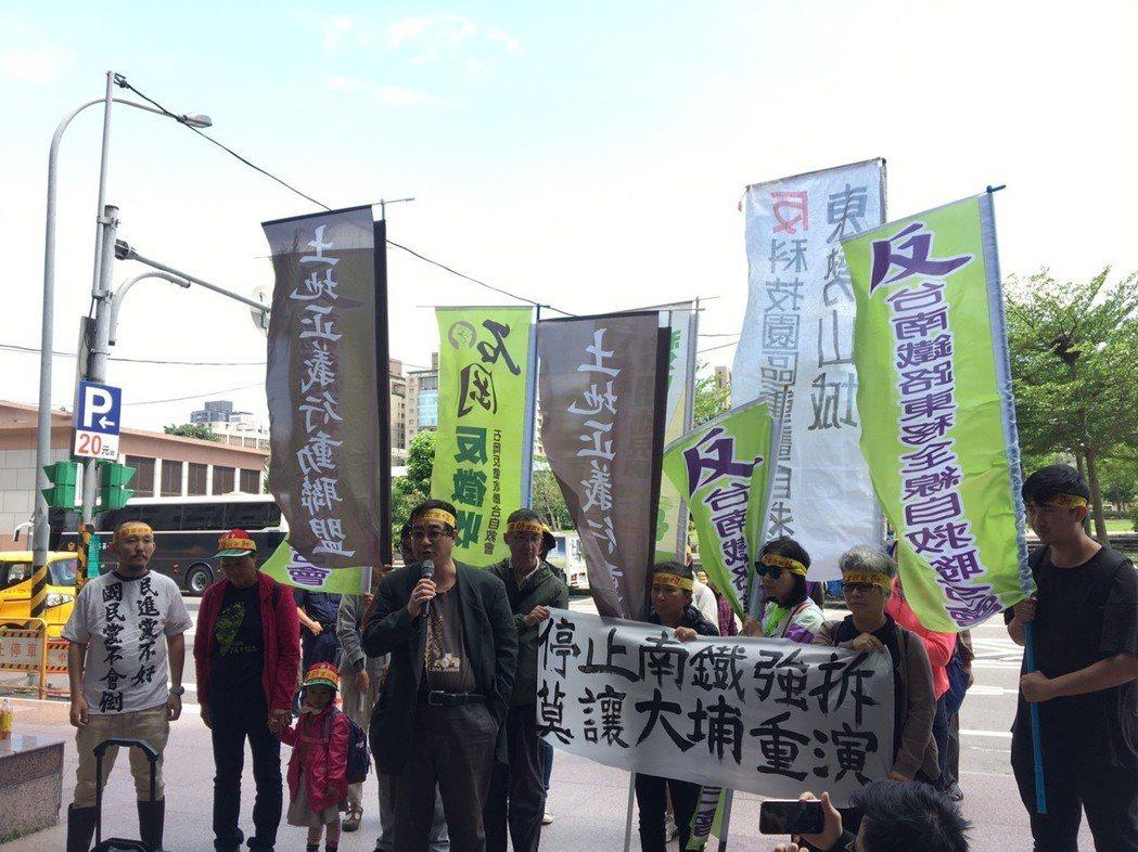 反南鐵東移自救會今早到台北民進黨中央黨部前抗議。記者周佑政/攝影