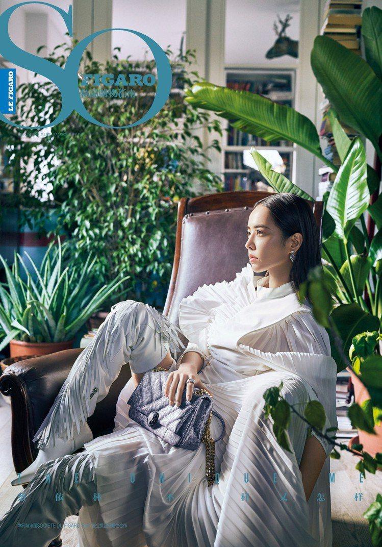蔡依林穿GIVENCHY的2019春夏系列褶飾裙裝,配襯寶格麗包款登上《So F...