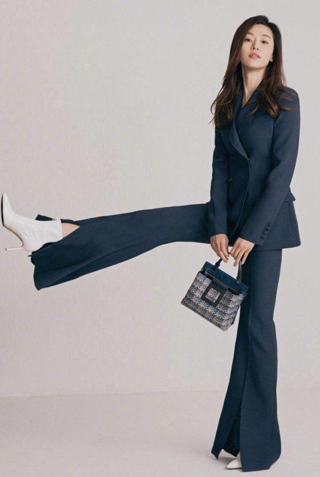 單色俐落褲裝配襯俏皮小型包款,也可成為上班族的穿搭靈感。圖/取自rouge & ...