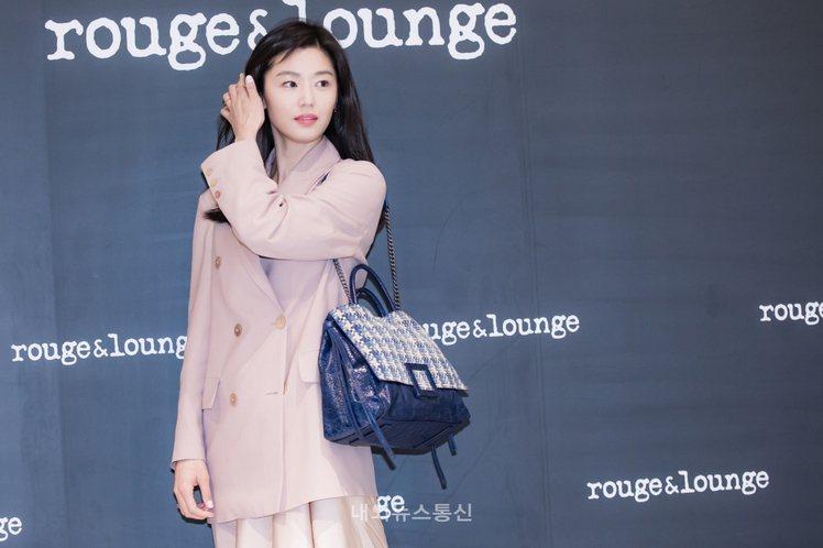 全智賢日前以Rochas的oversized羊毛西裝外套出席她代言的rouge ...