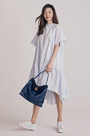白色寬版連身裙全智賢穿很可愛,常人穿則容易歪成包租婆風格。圖/取自rouge &...
