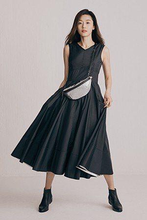寬版連身裙搭配流行腰包,全智賢穿起來清新俏麗。圖/取自rouge & loung...