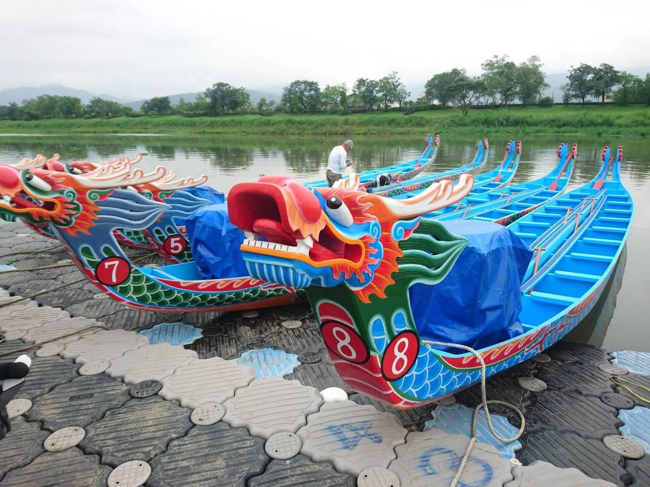 一般龍舟已改為玻璃纖維製造,但宜蘭市長江聰淵認為失去古味,同時,為傳承工藝,今年...