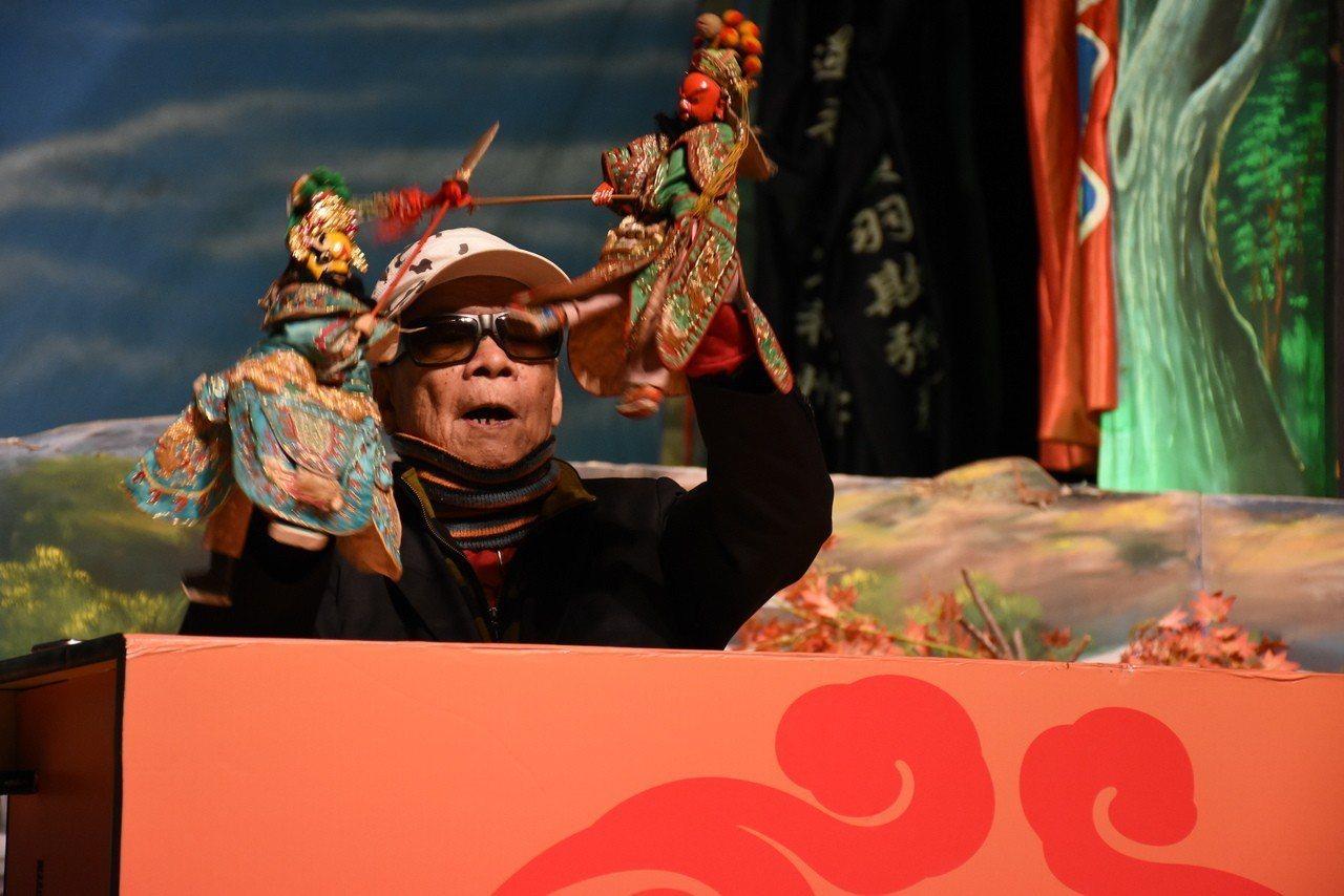 人間國寶布袋戲大師黃俊雄將於明晚帶著史上最長青的布袋戲角色「雲州大儒俠史豔文」在...