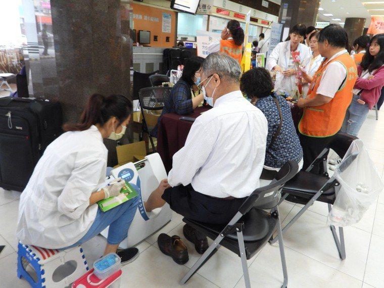 奇美醫院母親節篩檢音樂會,為民眾量測骨質。記者周宗禎/攝影