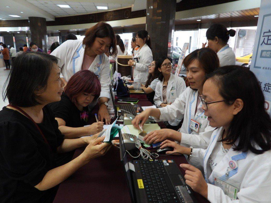奇美醫院母親節篩檢音樂會,醫護人員熱心提供篩檢衛教。記者周宗禎/攝影