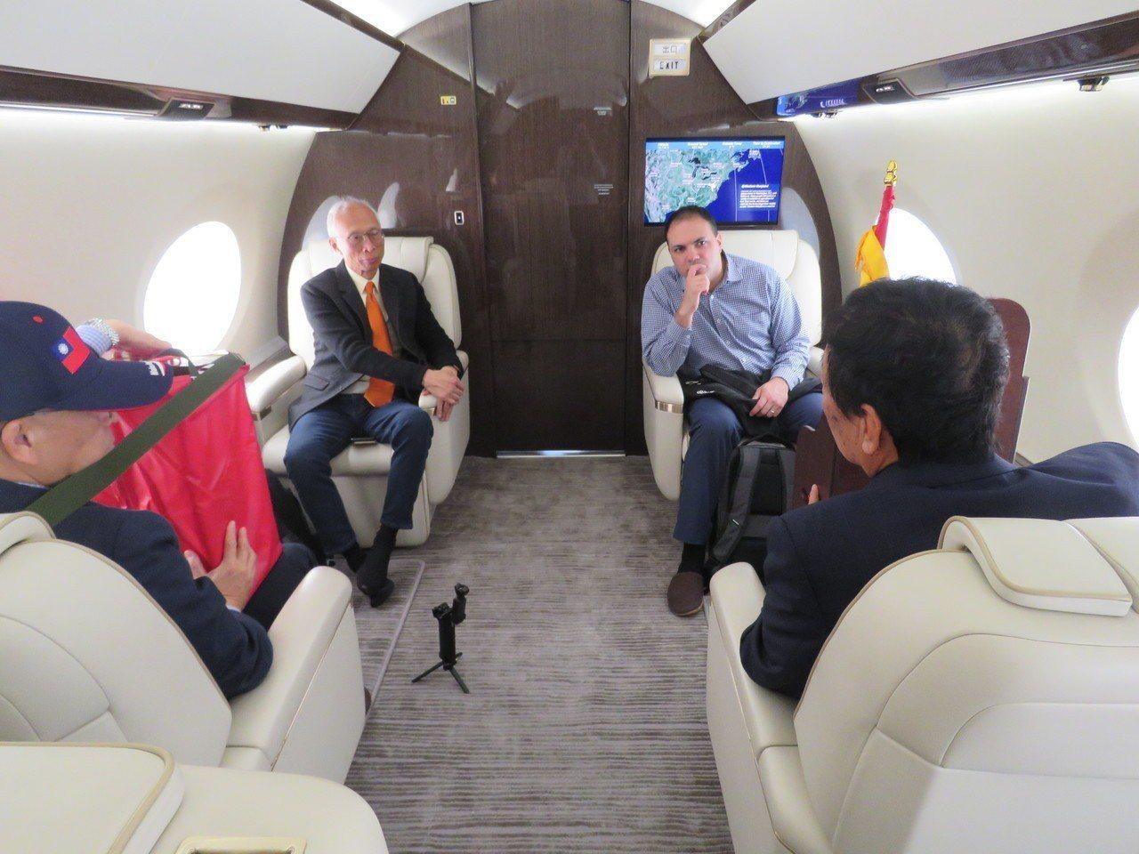鴻海董事長郭台銘(右下)2日搭乘私人專機從華府飛往威州。記者張加/攝影
