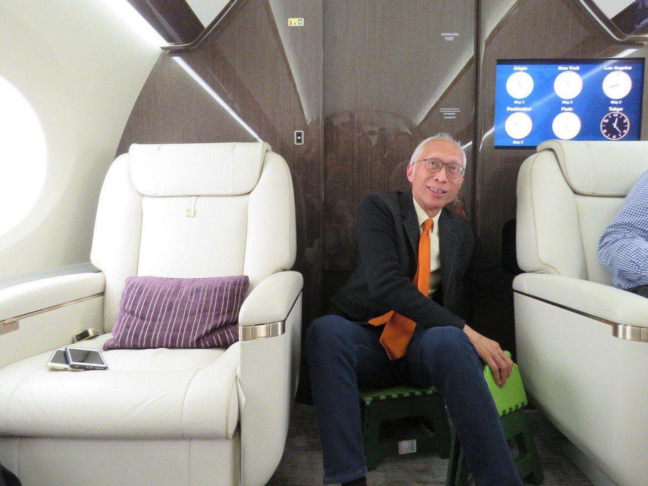 鴻海董事長郭台銘的特別助理胡國輝展示平時在郭董專機內,坐折疊板凳開會。記者張加/...