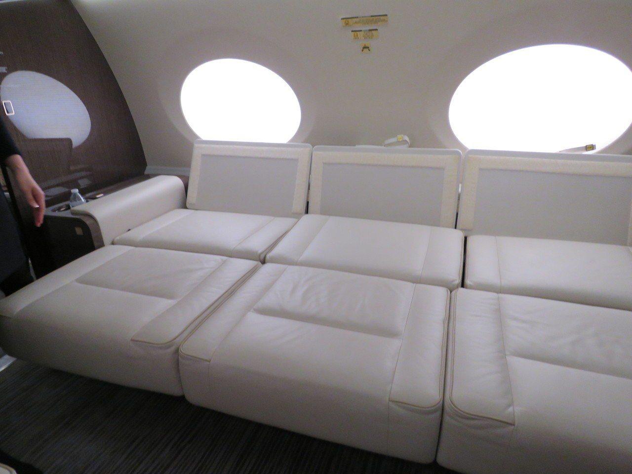 鴻海董事長郭台銘私人專機後座的對排座椅可鋪平成床。記者張加/攝影