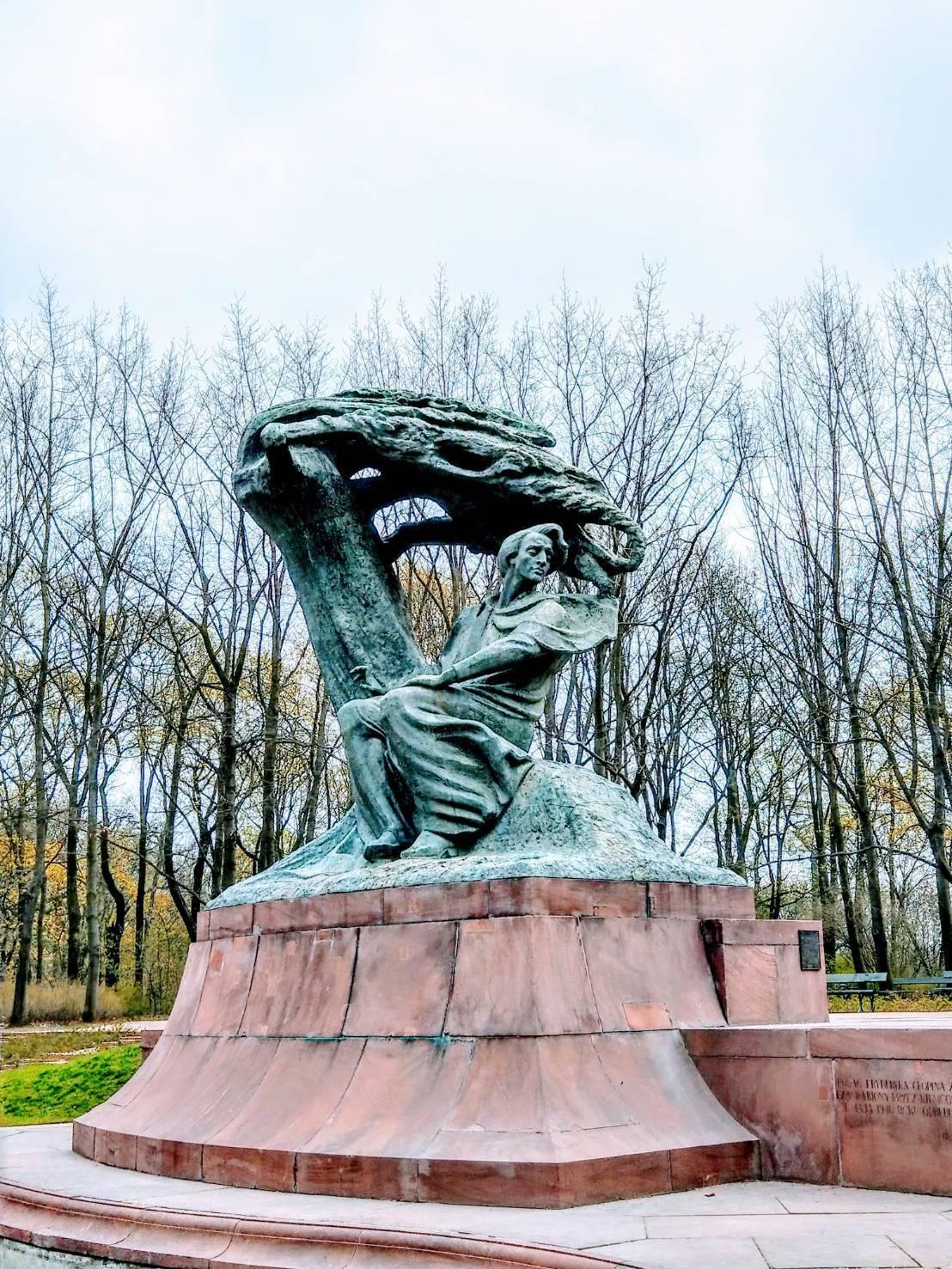 華沙蕭邦紀念公園內,有一座蕭邦雕像。記者張錦弘/攝影