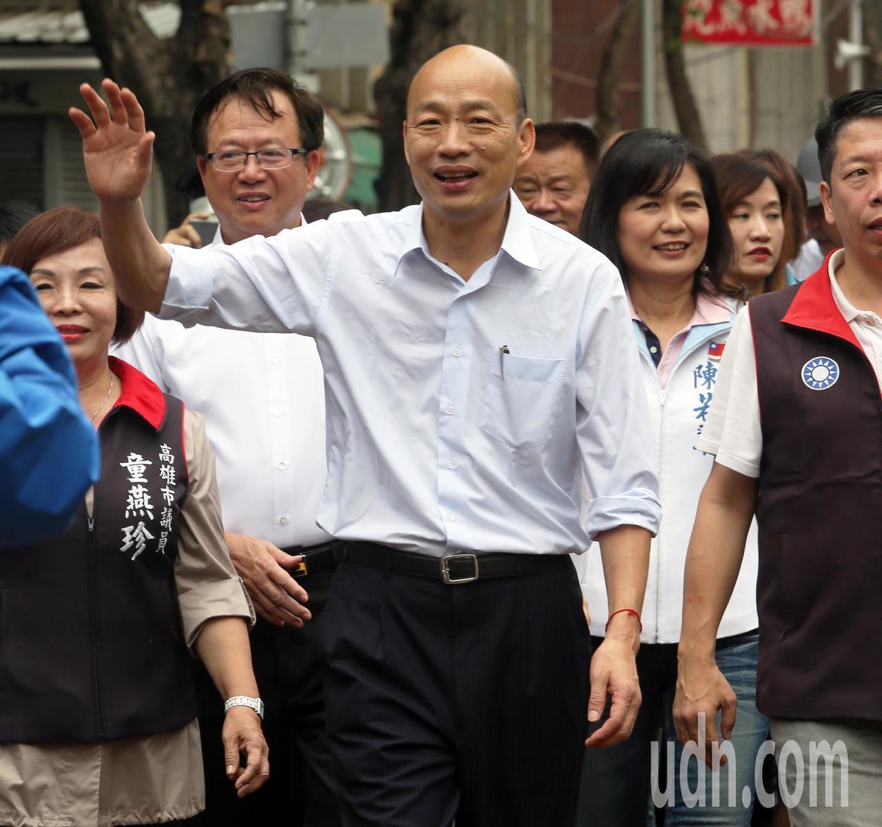 高雄市長韓國瑜今天下午主持自強陸橋拆除通車典禮,韓國瑜還親自走一段馬路體驗路面是...