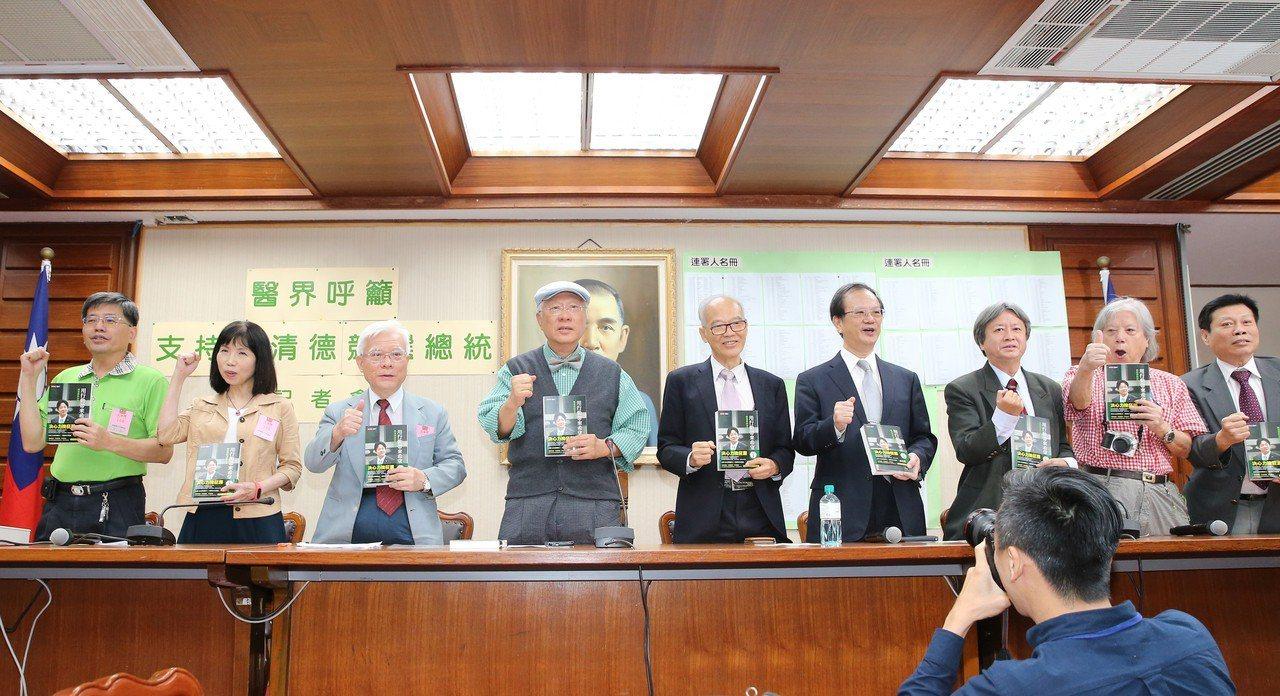 羅東聖母醫院前院長陳永興(左四)、法醫高大成(右)等人,下午在立法院召開記者會,...