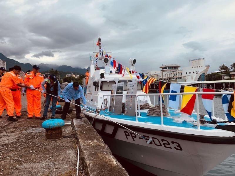 歷任艇長手持油漆滾筒沾上油漆進行艇號塗銷。圖/台東第15海巡隊提供