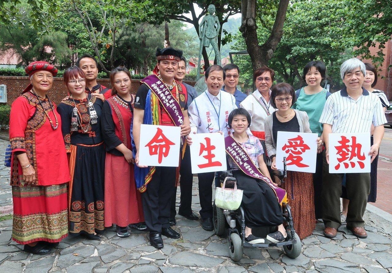 熱愛生命獎章及獎學金得獎者與家人,在中山大學周大觀銅雕前合影。記者徐如宜/攝影