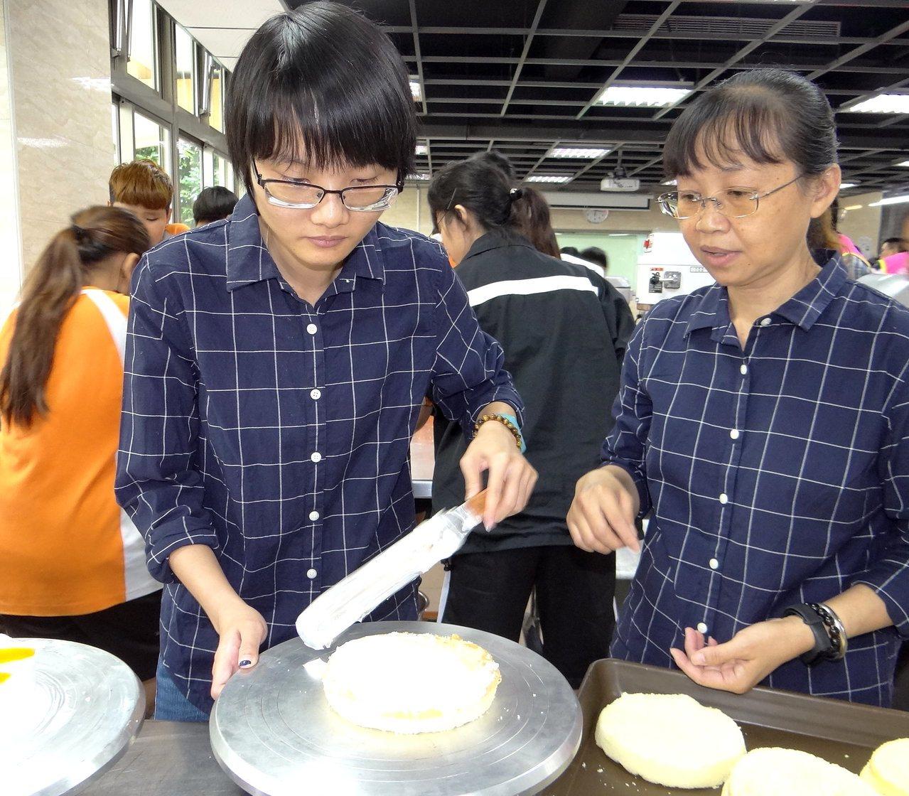 正修科大學生饒育寧(左)車禍痊癒後返回校園,媽媽(右)是她的重要支柱,兩人穿同樣...