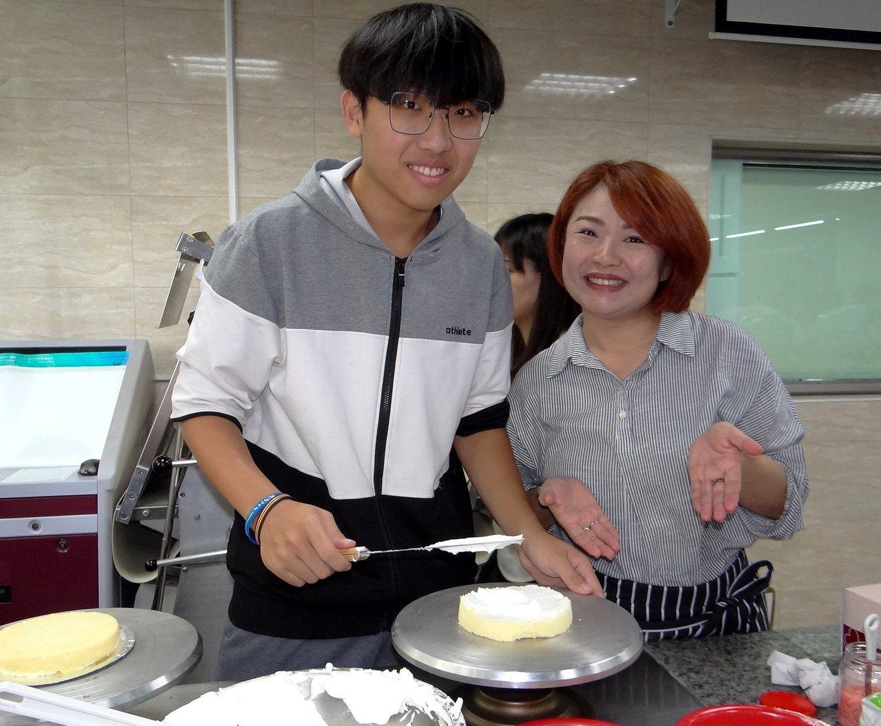 陳心儀(右)一周須洗腎三次,不放棄求學,身旁兒子陪伴她製作蛋糕。記者徐白櫻/攝影
