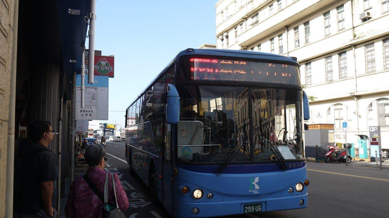 從5月起,公路總局將原本福和所營運1550的班次,全部交由4家業者分擔營運,避免...