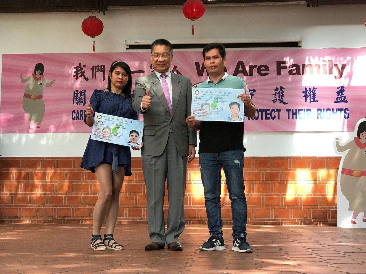 內政部長徐國勇、移民署長邱豐光今(3日)宣布居留證上的居留事由從「外勞」更名為「...