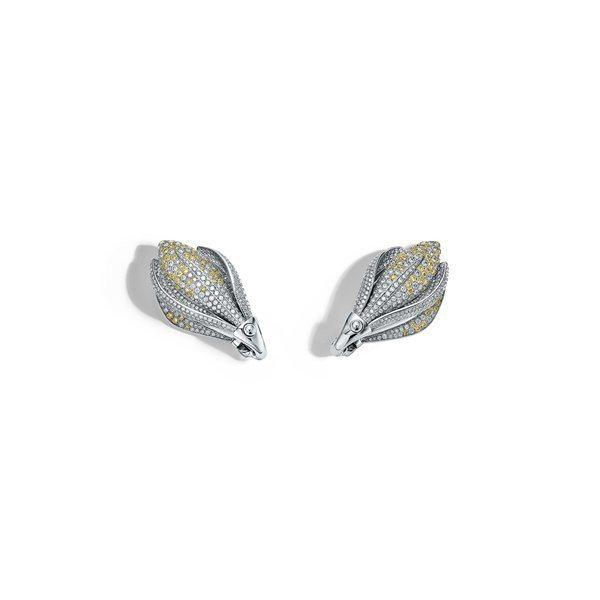 四季之彩高級珠寶系列,鉑金鑲嵌黃鑽與白鑽小蒼蘭耳環,約381萬元。圖/Tiffa...