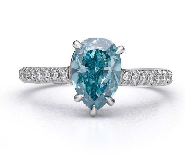 四季之彩高級珠寶系列,鉑金鑲嵌主石1.82克拉梨形切割艷彩綠藍鑽與白鑽戒指,約2...