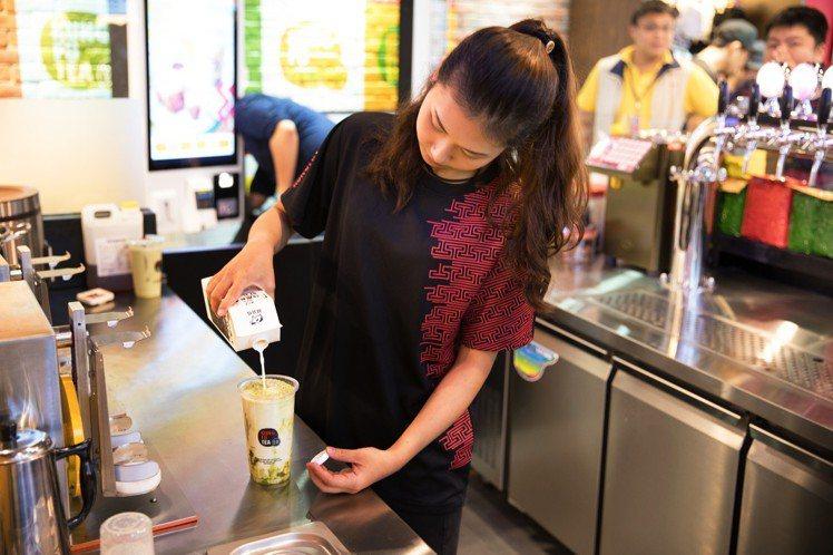 「黑糖珍珠鮮奶」香醇黑糖搭配小農鮮乳。圖/頂呱呱提供
