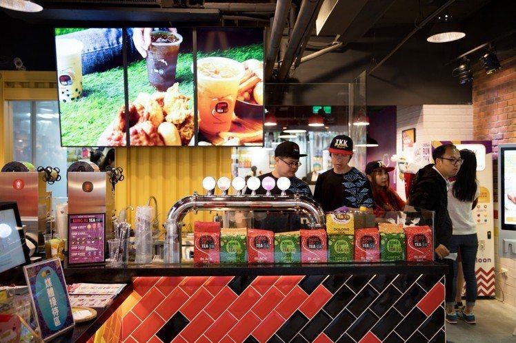 美國功夫茶於門市推出近35款熱門茶飲。圖/頂呱呱提供
