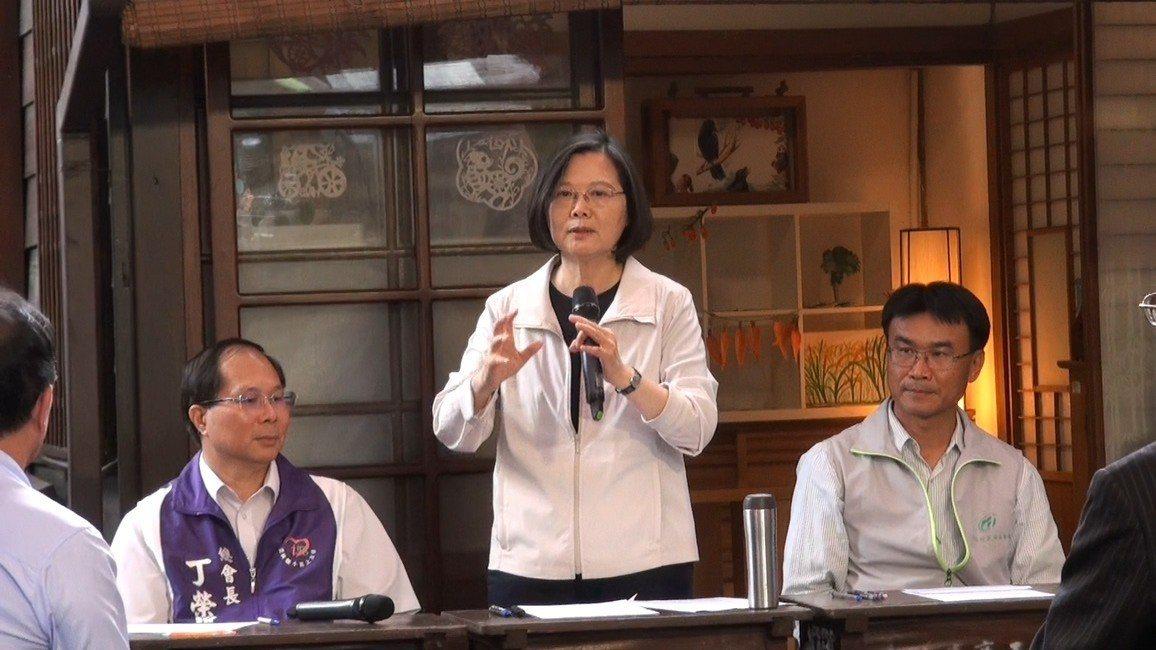 總統蔡英文在雲林對國人喊話,過去兩、三年全國共同努力,台灣經濟基礎已打穩,將一步...