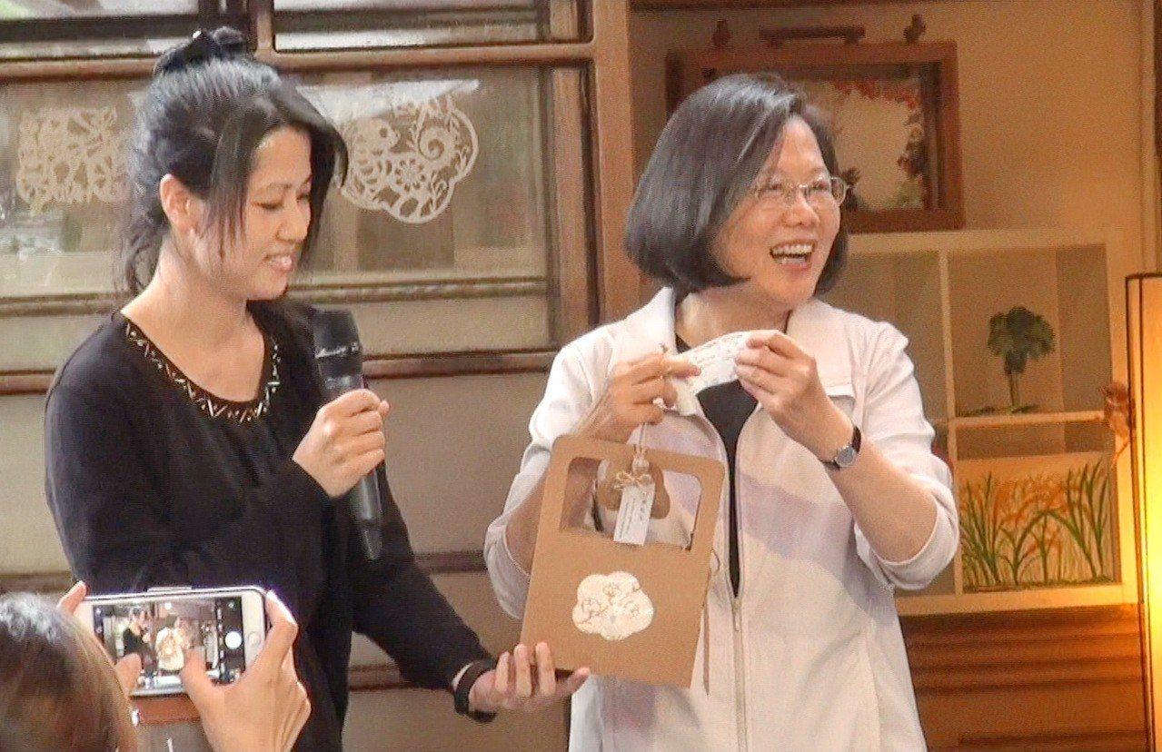 蔡英文獲贈一條超可愛的小毛巾,她超開心。記者蔡維斌/攝影