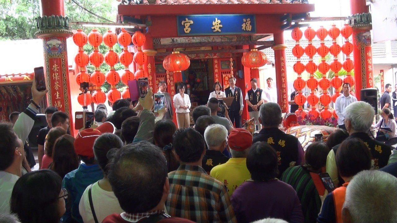 蔡英文一個下午跑了4間廟參拜,受到熱情群眾歡迎。記者蔡維斌/攝影