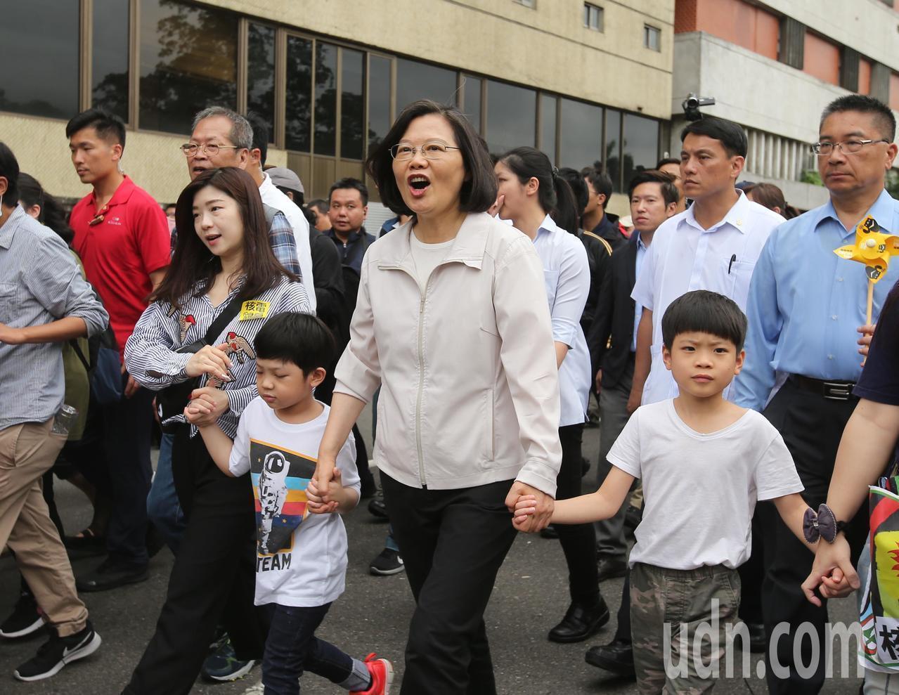 蔡英文總統上個月27日到凱道參加廢核大遊行,重申台灣不會缺電,一定會達成走向非核...