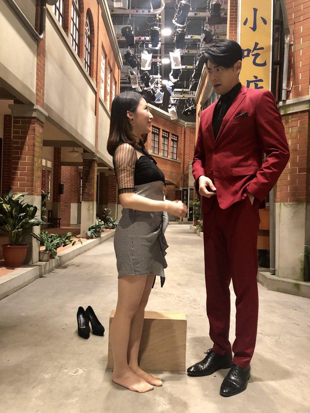 余秉諺(右)、張家瑋在「大時代」戲中飾演夫妻,30公分身高差,常造成對手戲取鏡困...