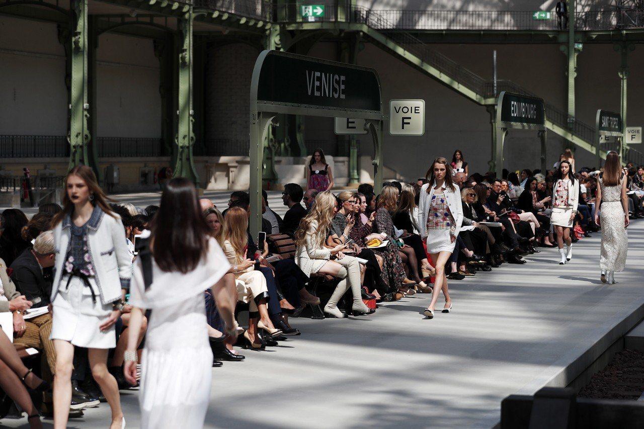 香奈兒2020早春系列,把巴黎大皇宮變身學院派風格的巴黎火車站,木村光希是走秀的...