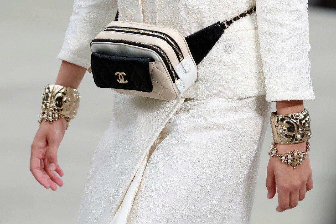 手工縫製腰包。(路透)